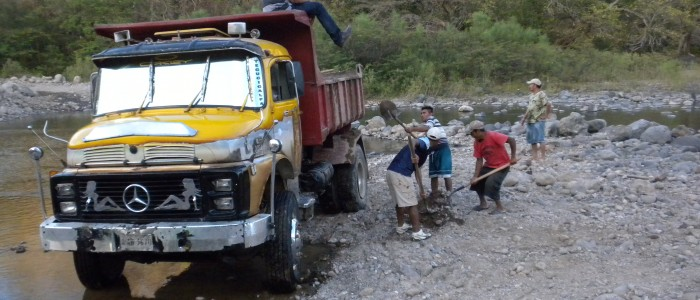 Workers in Reitoca River
